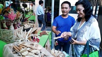 Khởi nghiệp với giày, ví làm bằng xơ mướp ở Sài Gòn